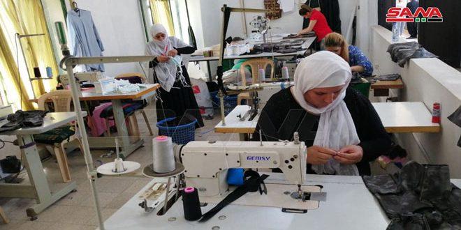(لفتة حب).. مشروع يوفر فرص عمل لسيدات معيلات بألبسة للأطفال ويدعم طلاب جامعيين بالسويداء